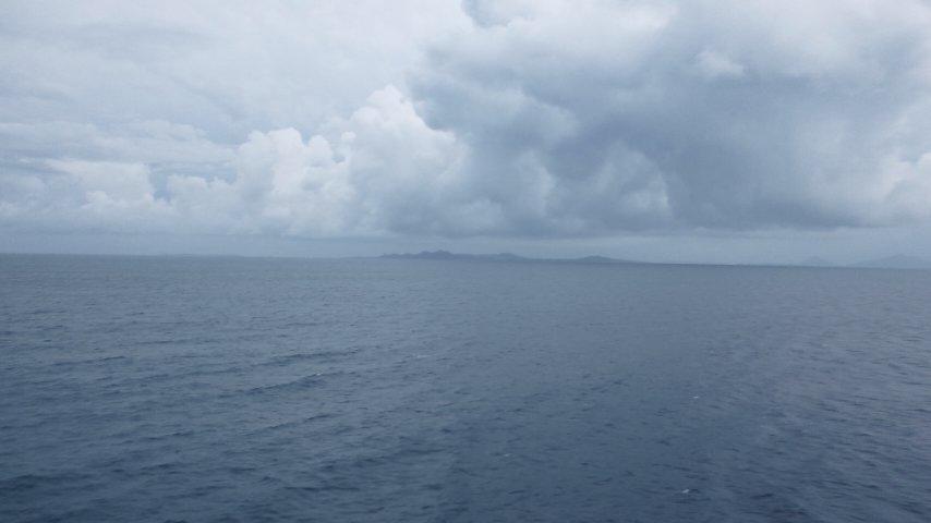 伊是名島沖を航行中