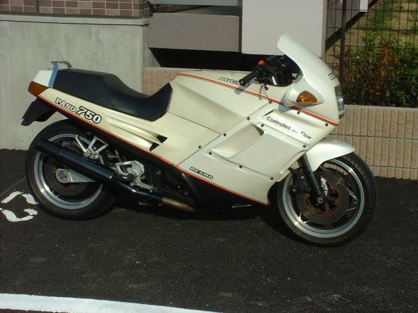 Ducati_750paso